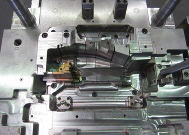 Lo stampaggio ad iniezione di plastica modella il prototipo con la parte sul piatto di ab nessun singoli cavità e centro